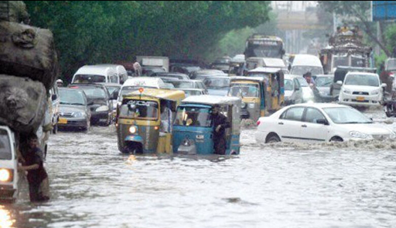 کراچی کے عوام بارش کے پانی میں ڈوب گئے