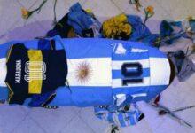 Photo of عظیم فٹبال میراڈونا کے تابوت کے ساتھ تصاویر بنانے والے کارکن نے معافی مانگ لی
